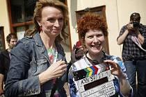 Na pražských Vinohradech se 29. dubna natáčel film režísérky Alice Nelis Perfect Days. Na snímku Nelis s Ivanou Chýlkovou.