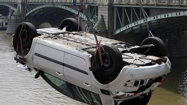 Vyprošťování auta po pádu do Vltavy u Čechova mostu