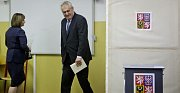 První den voleb do poslanecké sněmovny v Praze. Miloš Zeman se svou manželkou volili na ZŠ Brdičkova v Praze