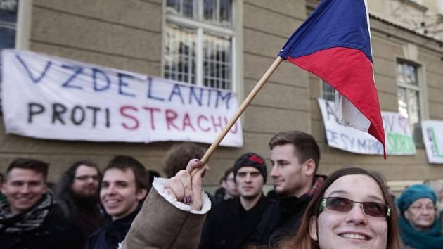 Na Albertově se sešli studenti k náhradní oslavě 17. listopadu