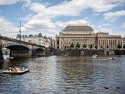 NÁRODNÍ DIVADLO. Právě pražský divadelní svatostánek a jeho ředitel Jan Burian stojí u zrodu petice Týden občanského neklidu. Dalšími zakladateli pak byli například Vojta Dyk nebo Jiří Bartoška.