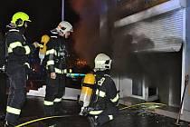Požár prodejny s elektronikou.