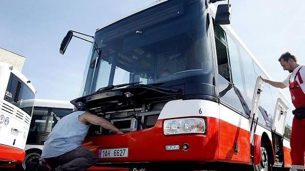 PRVNÍCH DVACET. Nové autobusy jsou nízkopodlažní a díky technologii kneeling se v zastávce nakloní blíže k cestujícím.