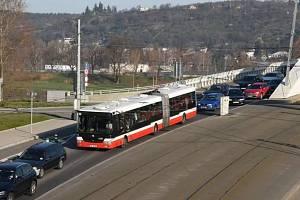 Autobus linky 112 v koloně na Trojském mostě.