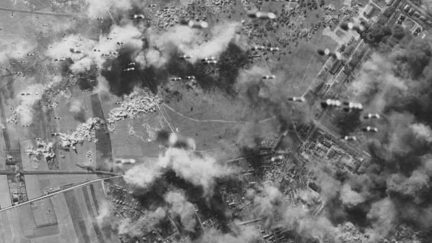 JEDINÝ CÍLENÝ ÚTOK. Praha zažila na konci druhé světové války více náletů, jednalo se však buď o omyl neo nebyla hlavním cílem.