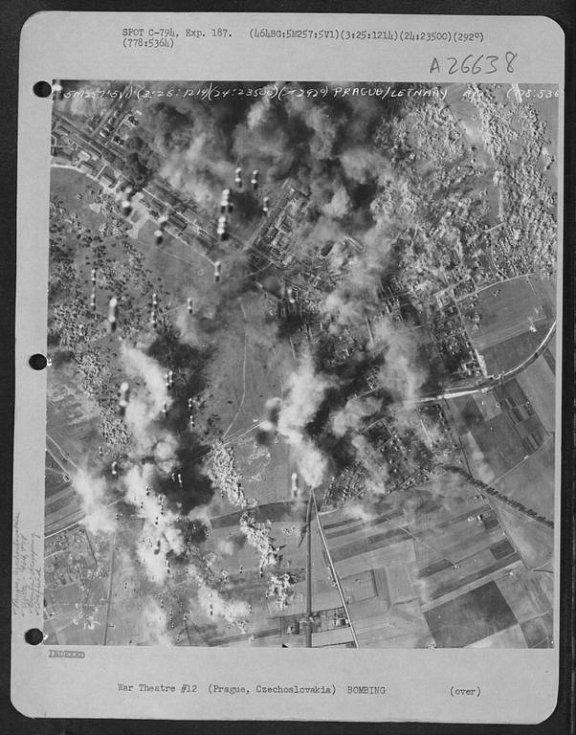 Letecká fotografie amerického bombardéru - oblast Letňan.