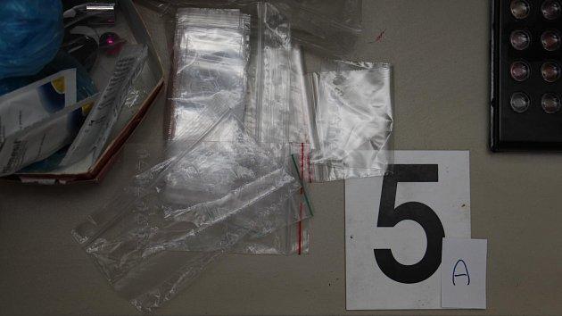 Policie zadržela milence, kteří prodávali v Praze drogy.