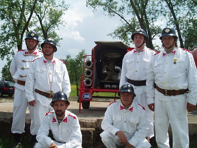 Členové Sboru dobrovolných hasičů Stodůlky každý rok vyráží na závody v replikách historických uniforem a starých helmách.
