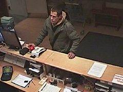 Muž podezřelý z vykradení šatních skříněk v obchodním centru v Praze 9.