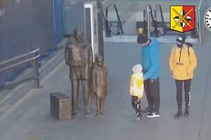 V souvislosti s poškozením sochy hledá policie muže a ženu.