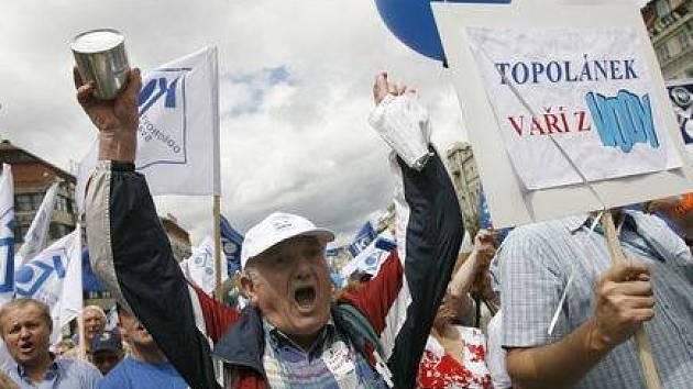 Na Václavském náměstí demonstrovalo 23. června kolem 25 tisíc odborářů proti vládní reformě veřejných financí.
