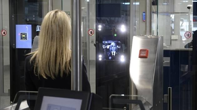 Nové automatické brány, které kontrolují cestující na Letišti V. Havla.