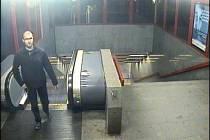 Podezřelého z pokusu o znásilnění zachytila kamera v metru.
