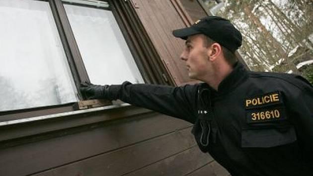 PREVENTIVNÍ AKCE proti vykrádání chat pořádá středočeská policie ve všech rekreačních oblastech (na snímku při návštěvě v Kozojedech na Černokostelecku). Policisté ovšem upozorňují: naše kontroly mohou pomoci, zabránit krádežím ale nedokážeme.