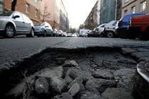 I takové jsou silnice. Poškozená vozovka v Čajkovského ulici na pražském Žižkově.