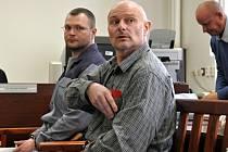 Rozsudek si František Hajn (v popředí) přijde za týden poslechnout sám. Tomáš Půta (vzadu) už avizoval, že se nezúčastní. Propadla by mu totiž možnost návštěvy přítelkyně ve věznici.