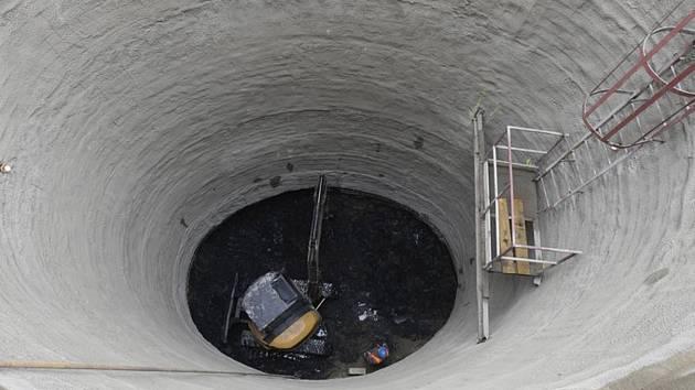 Výstavba výtahu do stanice metra Karlovo náměstí.
