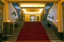 Zde mělo vítat Stalina 44 československých generálů, co schod, to generál. Svojí impozantností dosud překvapuje návštěvníky hotelu.