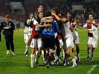 Hráči Slávie se radostně vrhají na svého golmana Martina Vaniaka.