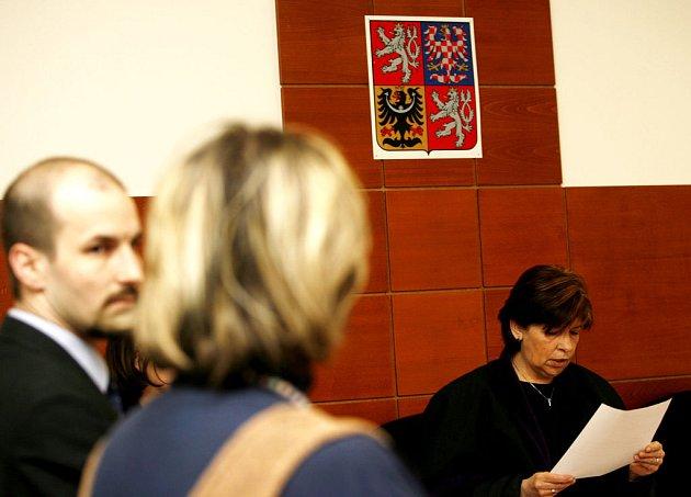 POROD NENÍ NEMOC. Ředitelka Porodního domu U čápa Zuzana Štromerová a její advokát Štěpán Holub během vyhlášení rozsudku.