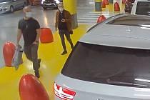 Muži podezřelí z krádeže hotovosti.