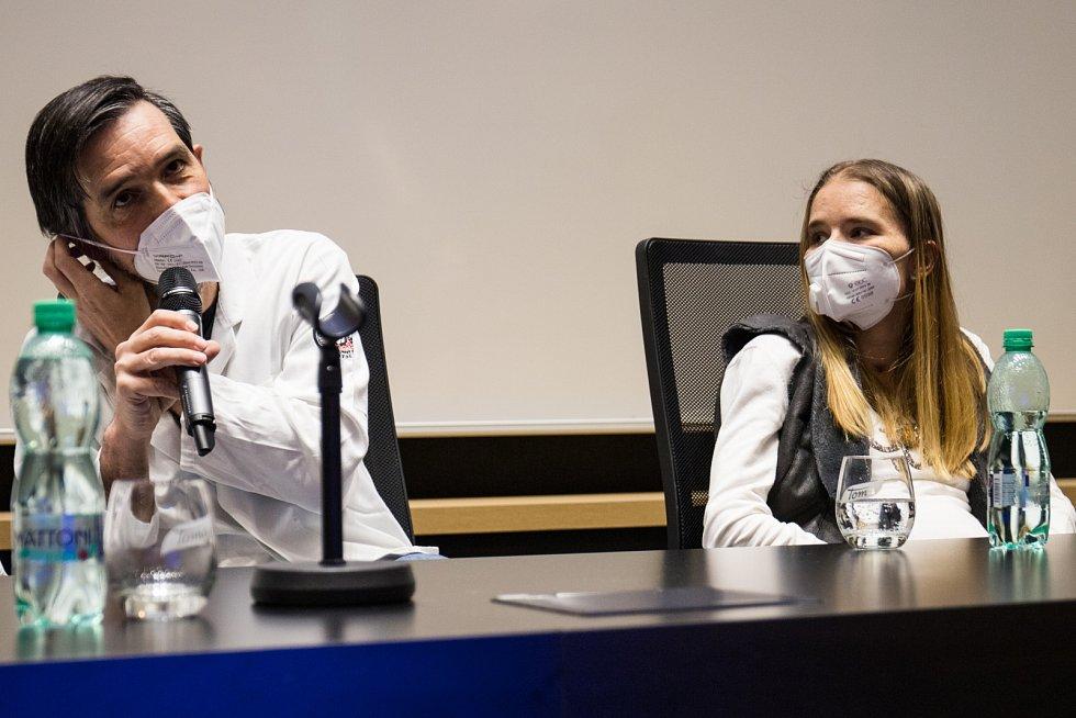 Tisková konference k transplantaci plic se světovým rekordem v délce pobytu na mimotělní podpoře.