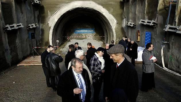 Zahájení ražby technické štoly v rámci prodloužení trasy metra A slavnostně začalo 12. listopadu v pražských Dejvicích.