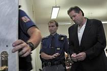 Před trestním senátem Městského soudu v Praze se z vraždy zpovídá 53letý Američan Gilbert Ferguson McCrae, který dlouhodobě žije v české metropoli. Jakoukoli vinu ale odmítá.