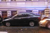 Mladík naboural několik aut.