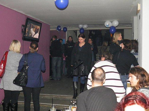 Noc reklamožroutů se přenesla do hudebního klubu, který zkrátka na takto velkou akci kapacitu nemá.