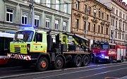 Řidič osobního auta skončil po střetu s tramvají v nemocnici.