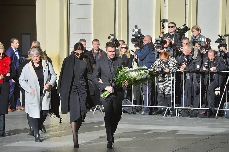 Ve svatovítské katedrále se koná zádušní mše za Karla Gotta, kam mohou jen pozvaní hosté. Leoš Mareš s manželkou Monikou