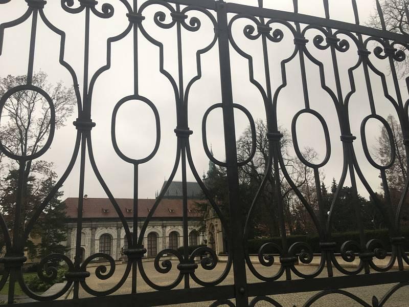 Uzavřená brána do areálu Pražského hradu. Letohrádek královny Anny.