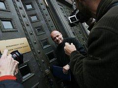 PRAŽSKÁ KULTURA? JEDNÁME. Ministr kultury Václav Jehlička (na snímku) přijíždí ke schůzce s pražským primátorem a radním pro kulturu.