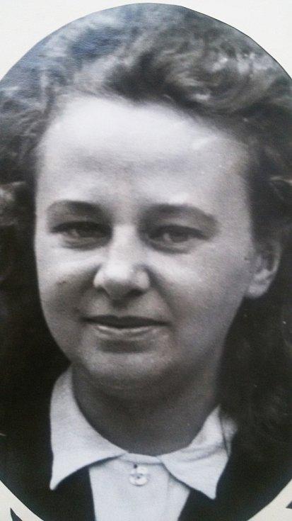 Květa Běhalová. Za války působila v nemocenské drážní pojišťovně, kde kontrolovala původ zaměstnanců drah.