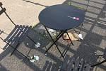 Projekt Pražské židle & plácky je zkušebně před prodejnou Albert na Malvazinkách. Místní odpočinkovou zónu kritizují.