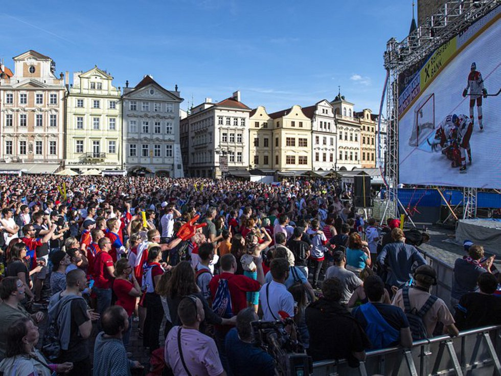 Fanoušci na Staroměstském náměstí - Lidé sledují 26. května 2019 na Staroměstském náměstí v Praze přímý přenos utkání o 3. místo na mistrovství světa v ledním hokeji Česká republika - Rusko.