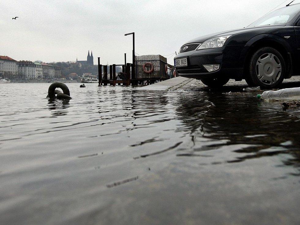 MUSÍ PRYČ. V pátek dosáhne Vltava v metropoli prvního povodňového stupně a to znamená prázdné náplavky.