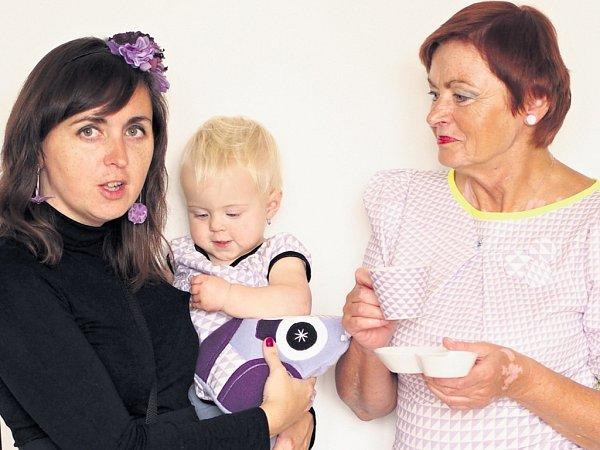 Šaty, diáře, ale išálky na kávu. Ato všechno vkolekci fialových trojúhelníčků, kterou si vyzkoušely tři ženy svěkovým rozdílem třiceti let - jednatřicetiletá Alice Rossi sroční dcerou Adinou a jednašedesátiletou maminkou Janou Duškovou.