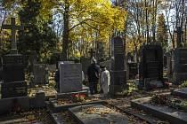 Lidé přicházeli 1. listopadu na pražské hřbitovy, aby si připomínali své blízké zemřelé před Dušičkami.