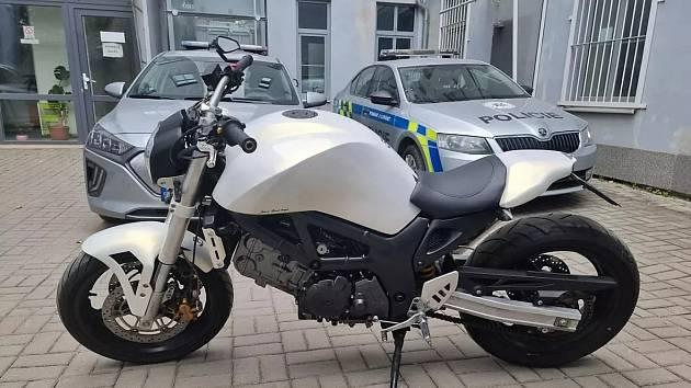Motocykl zakoupený z peněz z fingované loupeže na benzinové stanici v Praze 9.