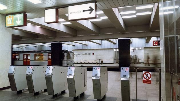 Stanice Hlavní nádraží v letech 1974–1977. Tehdy byly turnikety dočasně dole, protože ještě nebyla hotova odbavovací hala. Tam byly po jejím dokončení přesunuty. Vstupovalo se tak, že otvor pro vhození mince musel mít cestující po pravé ruce.