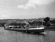 Loď z Hamburku. Holešovický přístav vznikl na sklonku 19. století. Aktivně byl využíván do 90. let a dnes je postupně nahrazován novými bytovými domy.