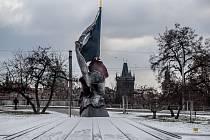 Památník II. odboji, bronzová, obarvená socha od Vladimíra Preclíka ve tvaru rozevláté československé vlajky