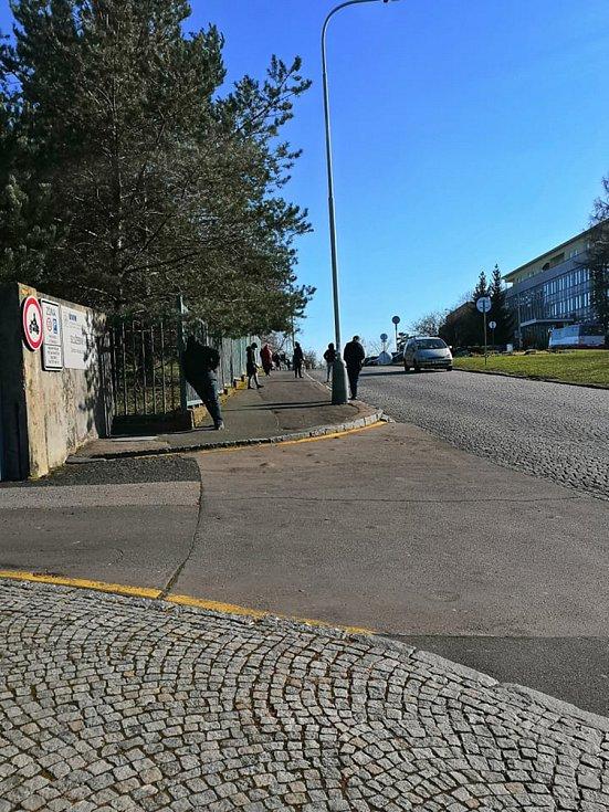 Fronta u odběrového místa v Ústřední vojenské nemocnici (ÚVN) v Praze.