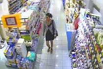 Hledá se žena, která ukradla prezervativy 18 tisíc.