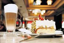 Snídaně v kavárně může být opravdovým labužnickým zážitkem.