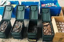 U muže v garáži našla policie 150 kg munice a 26 zbraní.