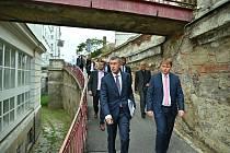Premiér Andrej Babiš (ANO) a ministr Adam Vojtěch (ANO) podpořili nutnost investic ve VFN v Praze.