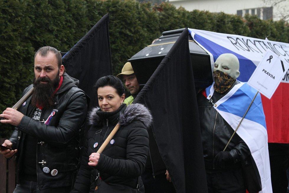 Nespokojení občané se v neděli 3. ledna 2021 sešli v Průhonicích ve smutečním průvodu za zbytečné oběti covid-19 až před dům premiéra Andreje Babiše (ANO).